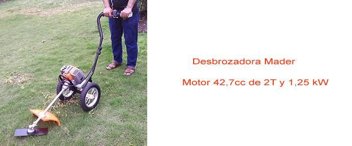Proceso de eliminación de hierbas altas y maleza con desbrozador de ruedas